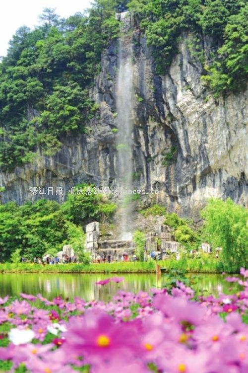 花坝旅游景区临崖飞瀑景点(资料图片) 记者 王京华 摄