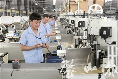 工人在得润公司汽车线束生产线上忙碌图片