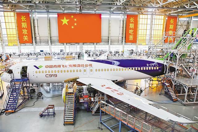 C919大型客机102架机停放在中国商飞公司上海飞机制造有限公司总装车间内(10月18日摄)。 10月18日,记者来到中国商飞公司上海飞机制造有限公司总装车间,探秘C919大型客机102架机。据悉,C919大型客机102架机已于10月11日完成整机喷漆工作,目前正在进行发动机安装调试、试飞测试系统改装和开车前的地面功能检查试验等工作,计划近期推出总装厂房,开展外场功能试验。 (本栏图片均由新华社发)