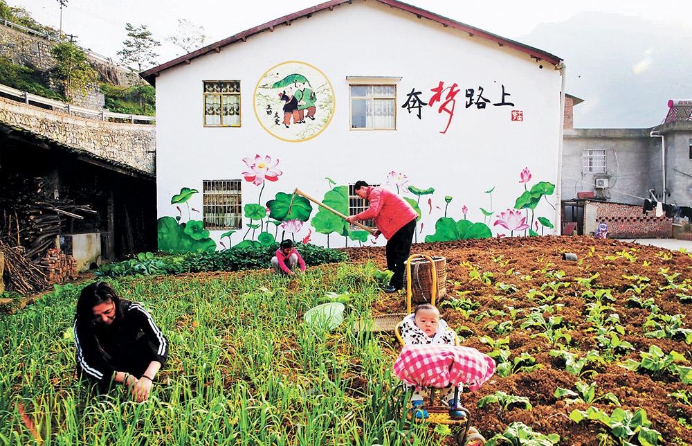 """万盛经开区黑山镇,民居手绘""""中国梦""""系列墙绘成为乡村亮丽的风景."""