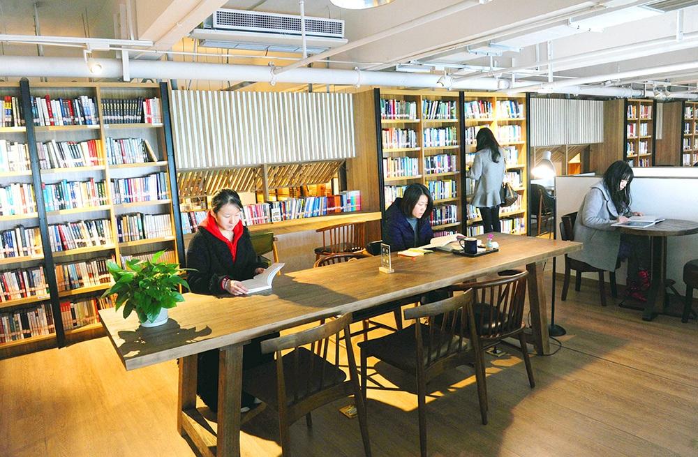 里书店_1月9日,在位于南滨路精典书店里的南岸区图书馆分馆,市民正在读书.