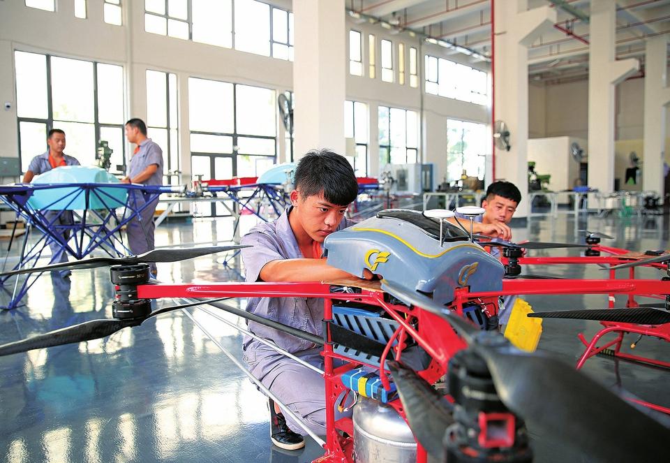 飛通用航空設備制造有限公司員工正在研發載荷100公斤的消防用無人機圖片