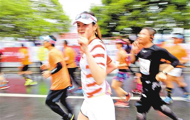 3月25日,2018重庆国际马拉松赛在美丽的南滨路鸣枪开跑.记者 卢越