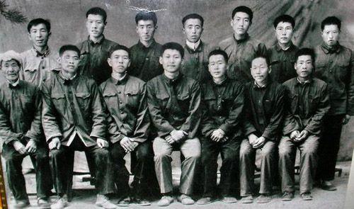 送习近平上大学时,梁家河村民和习近平的合影(前排中为习近平)