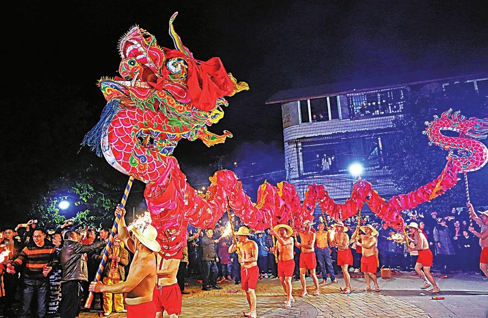 火龙焰火庆新春记者谭显全通讯员喻刚友摄