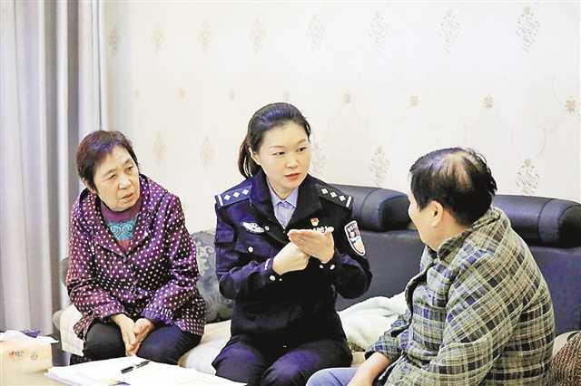 社区民警何巧自学手语为聋哑群众打开一扇融入社会的窗