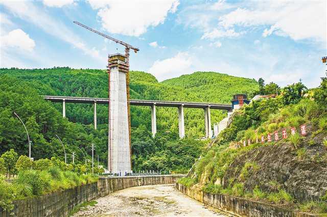 國內高鐵項目中跨度最大、墩身最高的T構橋石梁河雙線特大橋主墩封頂